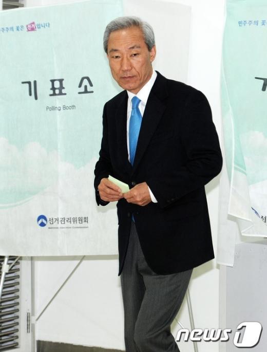 [사진]투표용지 쥔 김종훈 후보