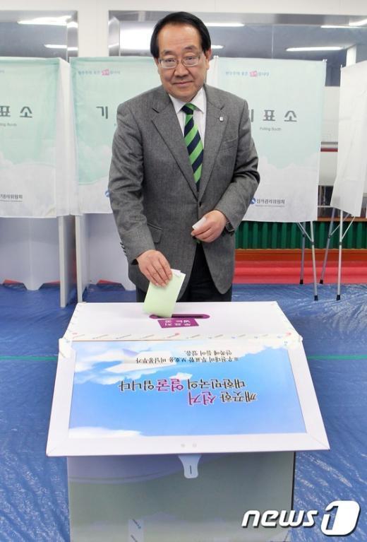 [사진]투표하는 이계안 후보