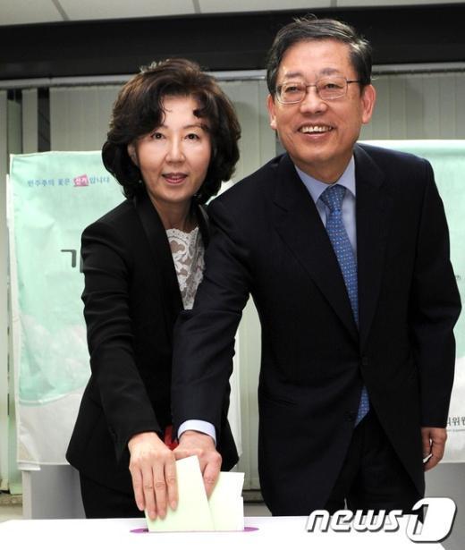[사진]투표하는 김황식 총리 내외