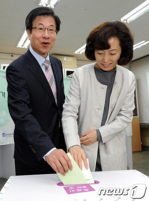 [사진]투표하는 신경민 후보 내외