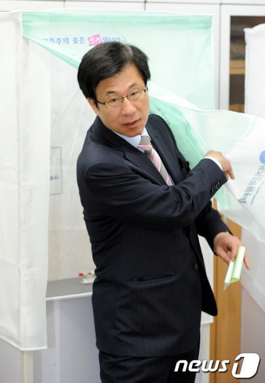 [사진]투표하는 신경민 후보