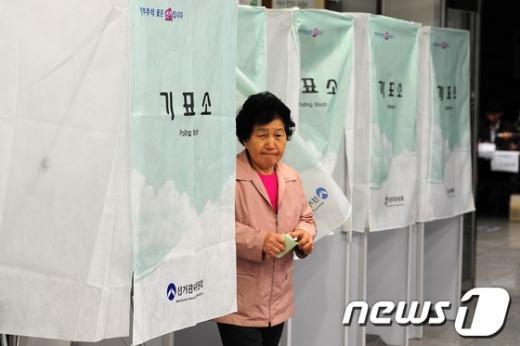 제 19대 국회의원 선거가 일제히 시작된 11일 오전 서울 은평구 구산동 주민센터에서 유권자들이 투표하고 있다.  News1   한재호 기자