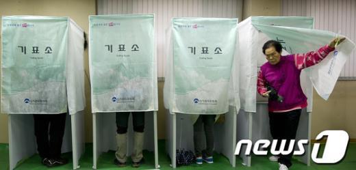 제19대 국회의원선거날인 11일 오전 서울 동대문구 전농2동 SK뷰아파트에 마련된 제2투표소에서 유권자들이 투표를 하고 있다. 2012.4.11/뉴스1  News1   이명근 기자