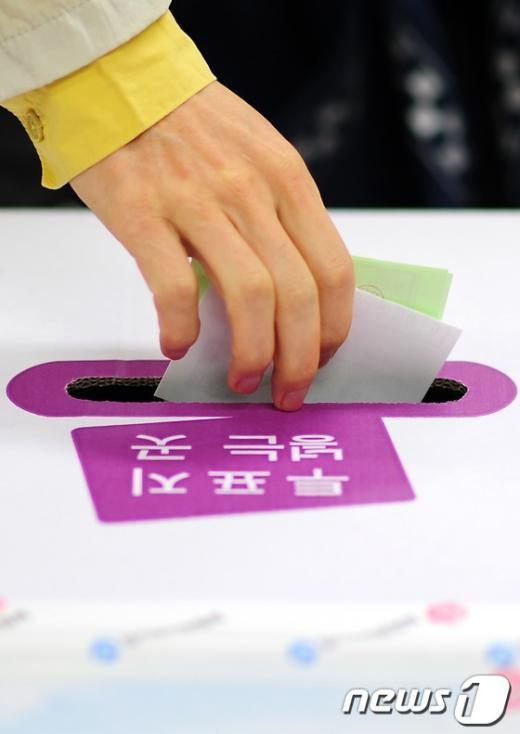 제 19대 국회의원 선거일인 11일 오전 서울 은평구 구산동 주민센터에서 유권자들이 투표하고 있다.  News1   한재호 기자