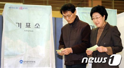 [사진]투표소 찾은 한명숙 대표 내외