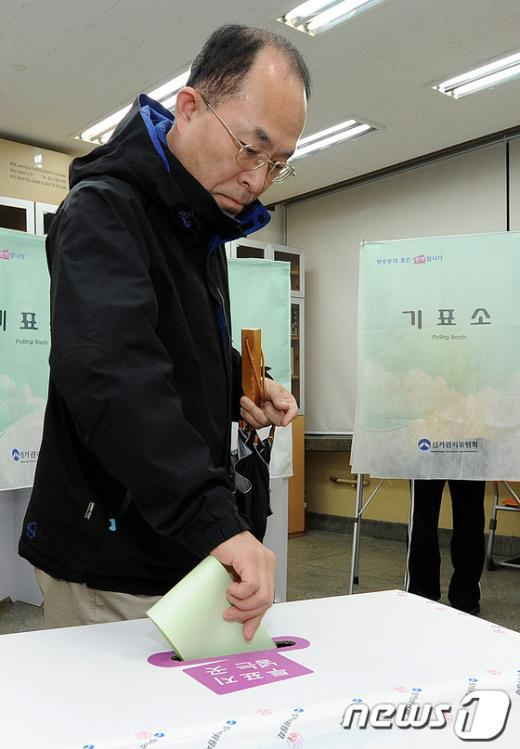 [사진]소중한 한표 투표하는 유권자