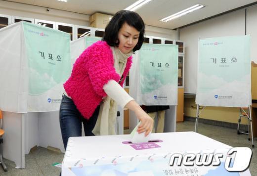 [사진]투표하는 유권자