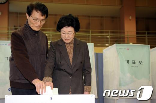 [사진]투표하는 한명숙 대표 내외