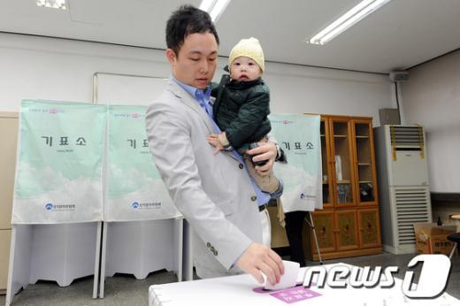 [사진]아빠와 함께 투표해요