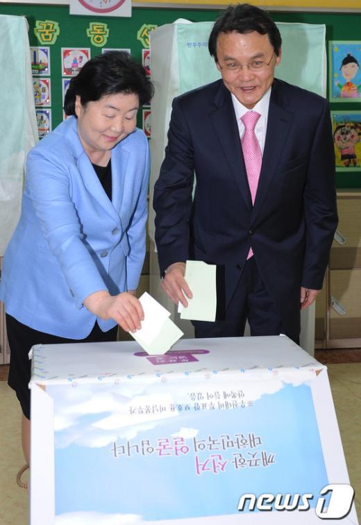 [사진]투표하는 홍사덕 후보