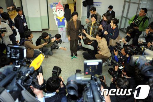 [사진]취재진의 질문받는 한명숙 대표