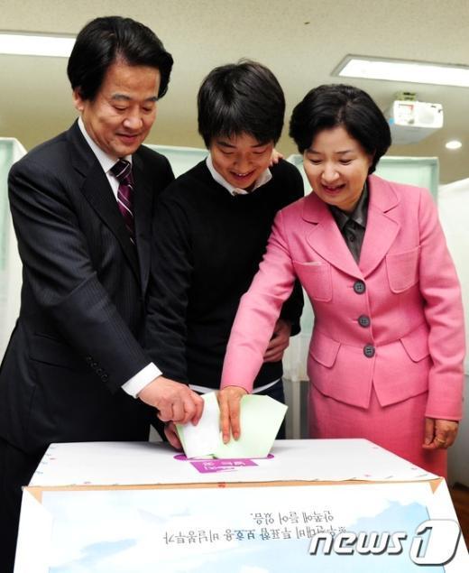 [사진]투표하는 민주통합당 정동영 후보