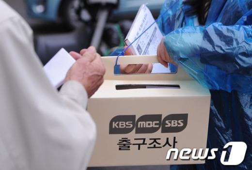 유권자들이 11일 오전 대구 달성군 화원고등학교에설치된 화원읍 제8투표소에서 방송사 출구조사에 응하고 있다.  News1 양동욱 기자