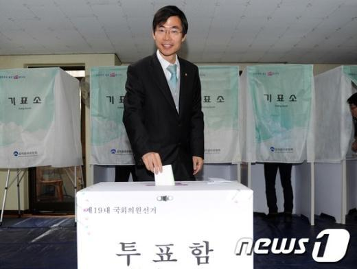 [사진]투표하는 부산 사하을 조경태 후보