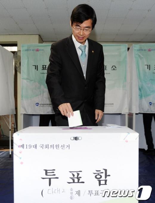 [사진]투표하는 민주통합당 조경태 후보