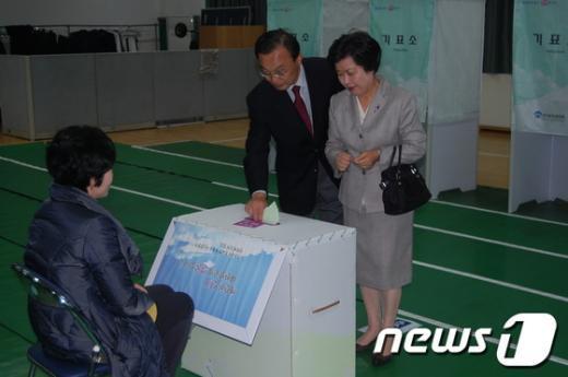 이해찬 후보와 아내가 투표장에서 투표를 하고 있다. News1
