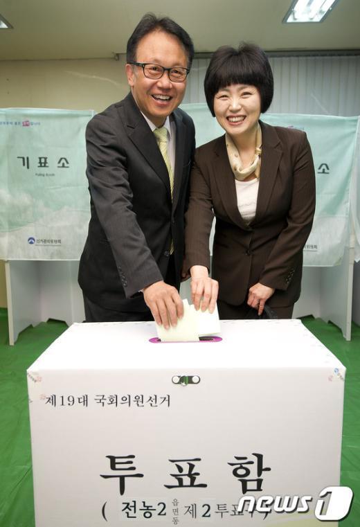 [사진]투표하는 민병두 후보