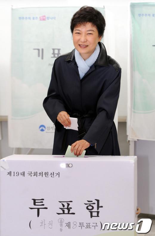 [사진]투표하는 박근혜 위원장
