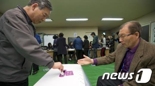 [사진]소중한 한표 행사하는 유권자들