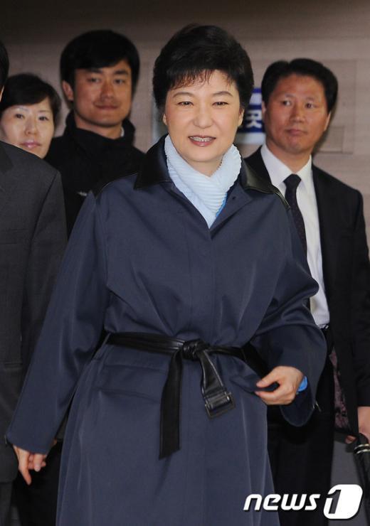 [사진]투표장 들어서는 박근혜 위원장