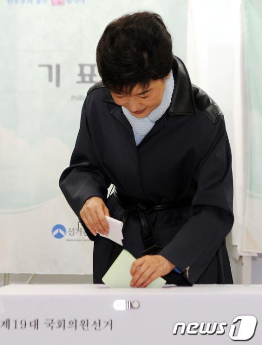 [사진]투표하는 박근혜 '승리를 기원하며'