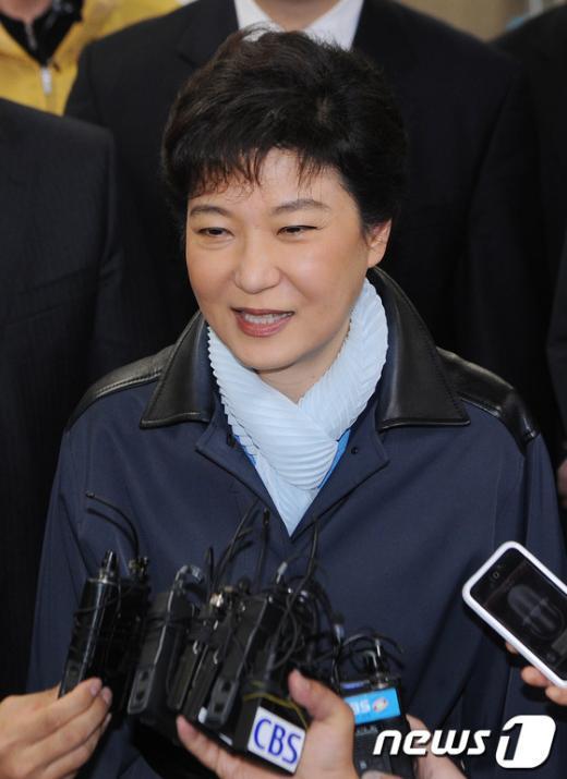 [사진]취재진 질문에 답하는 박근혜 위원장