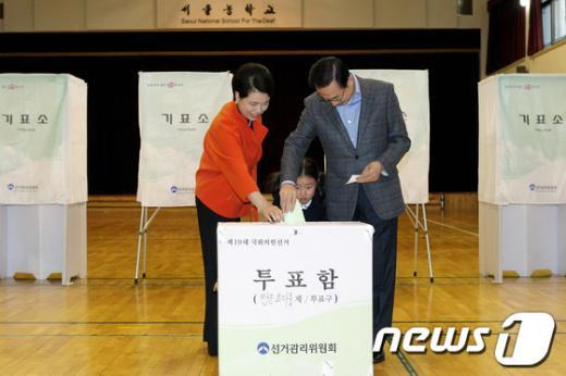 [사진]투표하는 이명박 대통령 내외