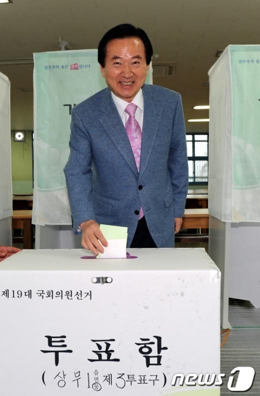 [사진]투표하는 강운태 광주시장