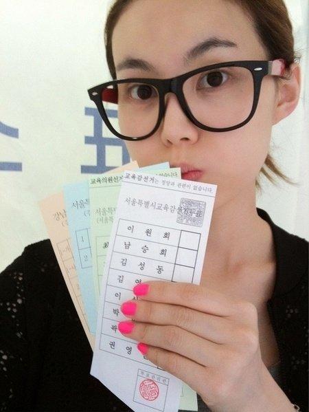 지난해 6월 지방선거 투표용지를 들고 찍은 사진을 공개한 브라운아이드걸스의 미료 (출처=미료 트위터)