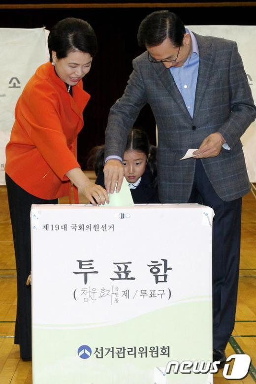[사진]손녀와 함께 투표하는 이명박 대통령 내외