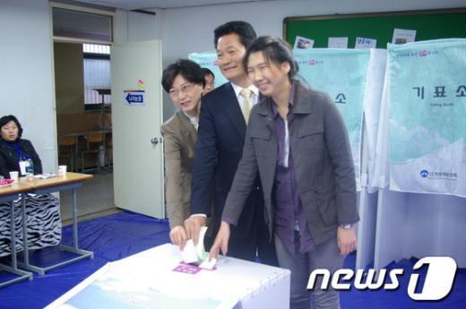 11일 오전 9시 송영길 인천시장은 부인 남영선(49)씨, 딸 송현주(21)씨와 함께 인천 계산4동 제1투표소를 방문해 투표를 하고 있다. News1