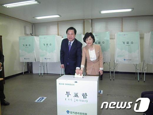 김두관 경남지사는 11일 오전 8시께 창원시 봉림동 사림민원센터에 마련된 제6투표소에서 부인 채정자 여사와 함께 투표했다 News1오웅근 기자