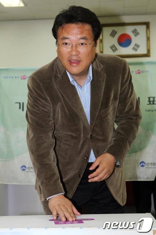 [사진]투표하는 정진석 후보