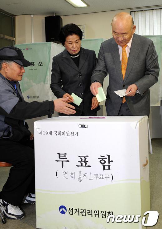 전두환 전 대통령 내외가 11일 오전 서울 서대문구 연희동 제1투표소에서 투표하고 있다. News1 박지혜 인턴기자