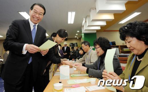 [사진]투표용지 받는 권영세 후보