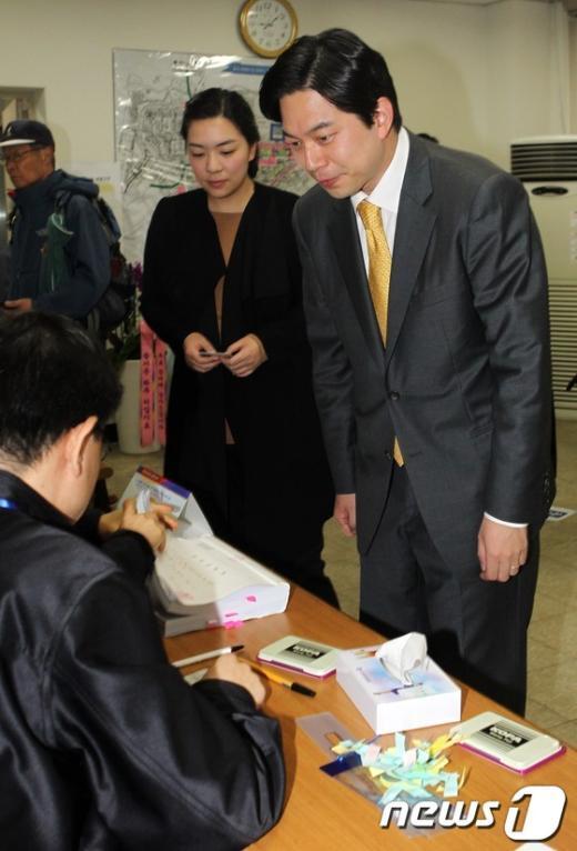 [사진]투표용지 받는 정호준 후보 내외