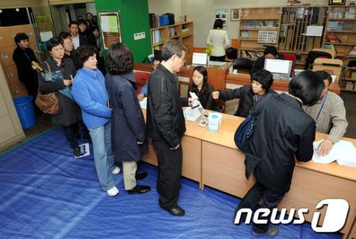 [사진]길게 줄지어 선 투표행렬