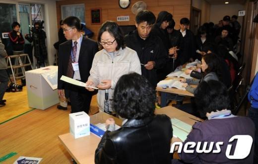 [사진]투표하는 시민들