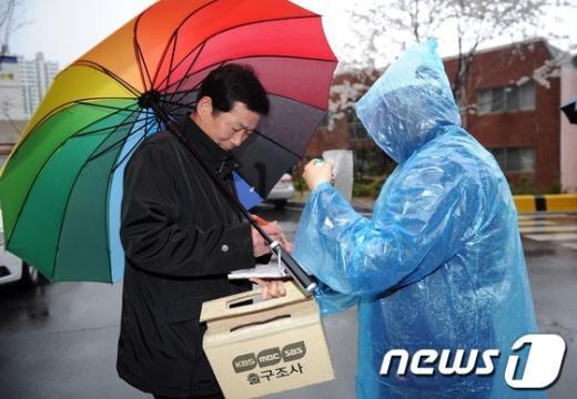 [사진]출구조사에 참여하는 유권자