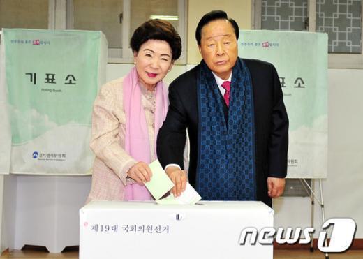 [사진]투표하는 김영삼 전 대통령 내외