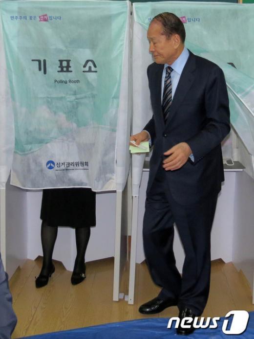 [사진]투표 마친 이상득 의원