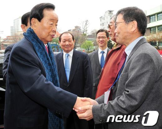 [사진]투표소 관계자 격려하는 김영삼 전 대통령