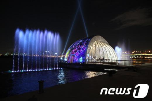 여의도 한강공원 물빛무대의 야경./사진제공=서울시청 News1