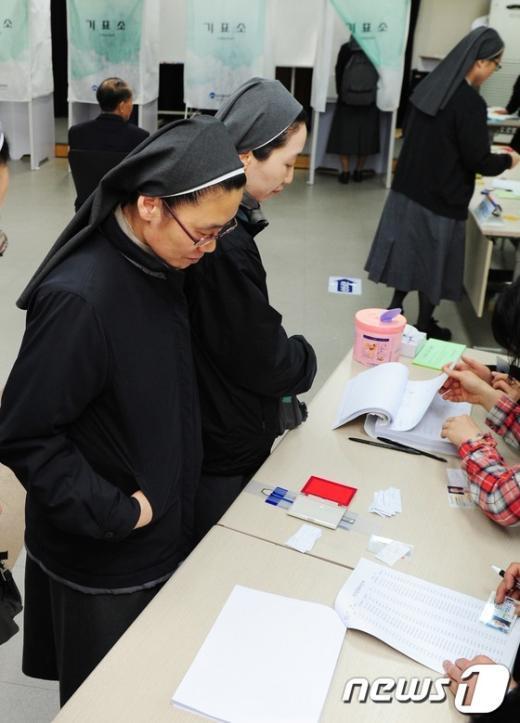 [사진]소중한 한표 행사하는 수녀들