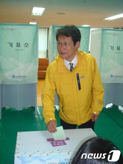 문성근 후보가 부산 북구 화명1동 화명대림타운내 노인정에 설치된 제2투표소에서 투표하고 있다.. News1 남성봉 기자