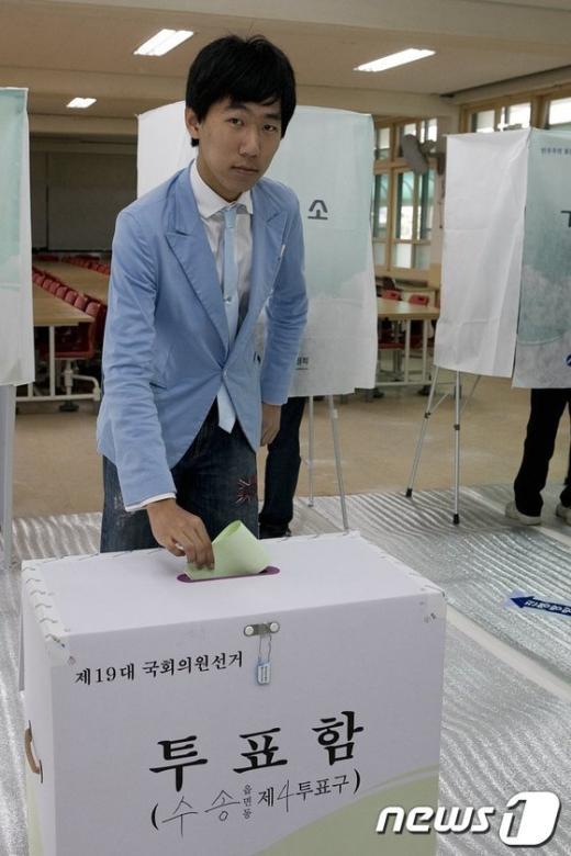 군산선거구 최연소자인 이상훈씨가 소중한 한표를 행사하고 있다.  News1