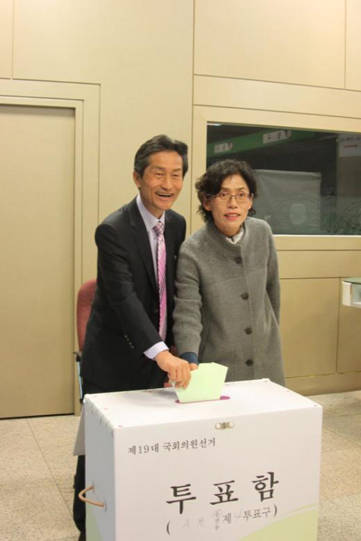 강기갑 통합진보당 후보의 투표 모습(@kanggigap).  News1