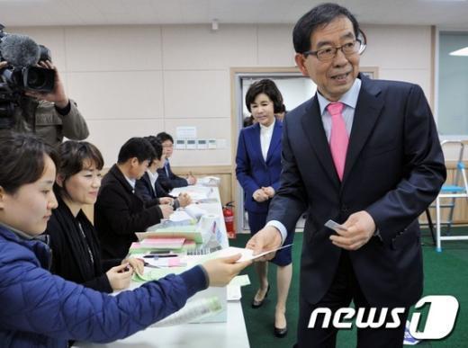 [사진]투표용지 받는 박원순 시장