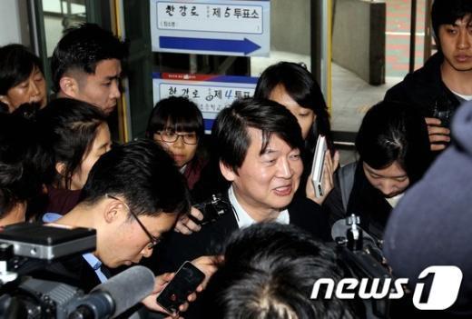 [사진]안철수 둘러싼 취재진들