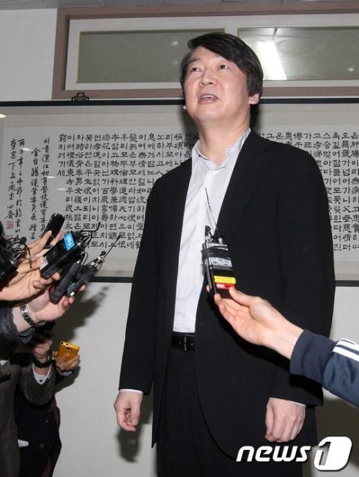 [사진]인터뷰하는 안철수 원장
